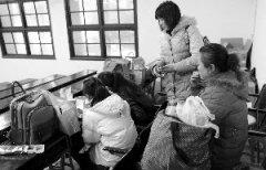 南京艺考镜头:女儿吃洋快餐妈妈啃锅巴